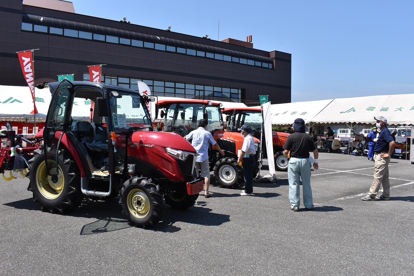 夏の農機大展示会 様々な農機具を展示・販売